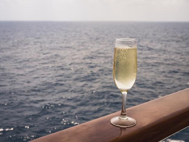 Linda taça de champanhe no convés aberto