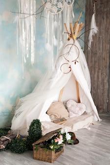 Linda tenda, interior luminoso, quarto de crianças