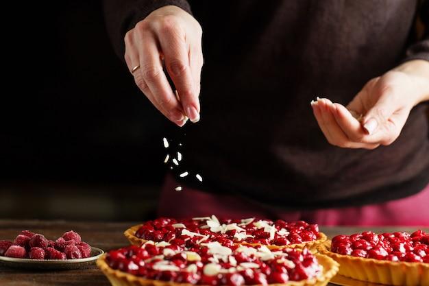 Linda torta de cereja recém-preparada e decorada com lascas de amêndoa