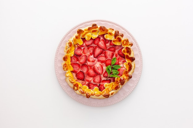 Linda torta de morango em um prato com uma espátula