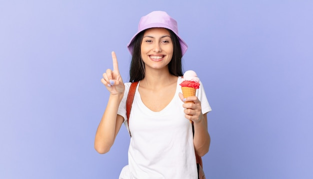 Linda turista hispânica se sentindo um gênio feliz e empolgado depois de perceber uma ideia e segurar um sorvete