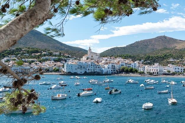 Linda vila costeira com barcos ancorados na baía