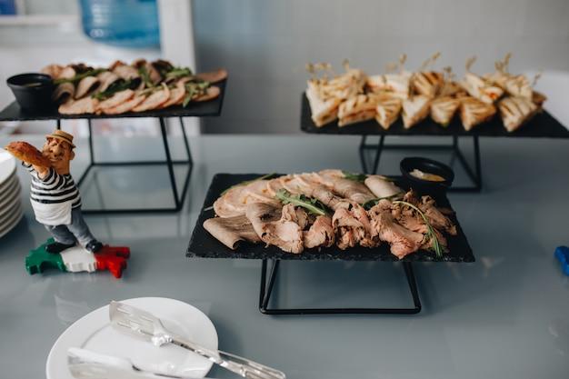 Lindamente decorado catering mesa de banquete com diferentes lanches e aperitivos no evento de festa de aniversário de natal corporativa ou festa de casamento