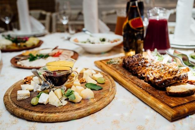 Lindamente decorado catering mesa de banquete