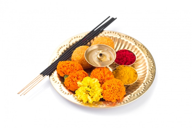 Lindamente decorado pooja thali para celebração do festival de adoração, haldi ou açafrão em pó e kumkum, flores, palitos perfumados em chapa de latão, hindu puja thali