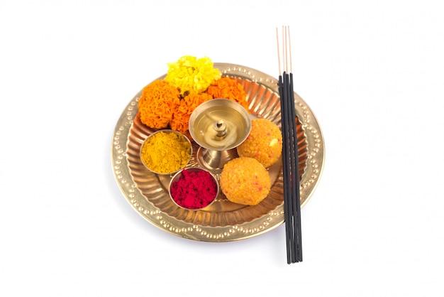 Lindamente decorado pooja thali para celebração do festival de adoração, haldi ou açafrão em pó e kumkum, flores, palitos perfumados em chapa de latão, puja thali hindu