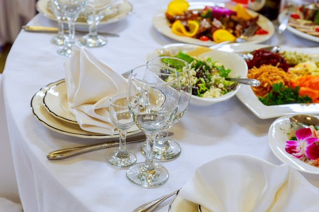 Lindamente decorado, tabela, jogo, com, flores, velas, pratos, evento, em, a, restaurante