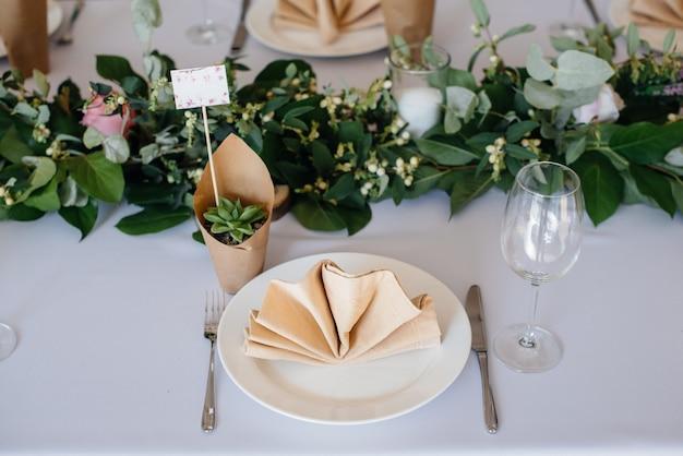 Lindamente decorados e classificados mesas durante o feriado close-up.