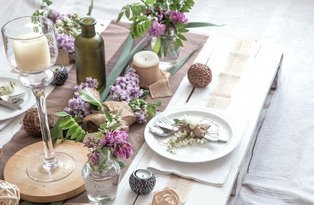 Lindamente elegante mesa decorada para férias