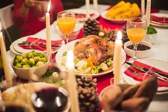 Lindamente servido mesa para o jantar de Natal