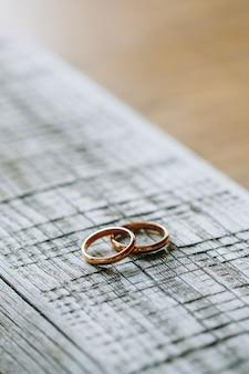 Lindas alianças de casamento em uma superfície de madeira