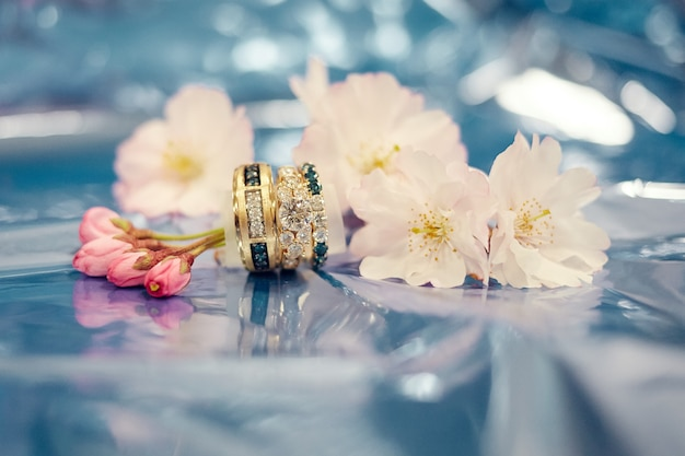 Lindas alianças de ouro rosa com diamantes brancos e azuis