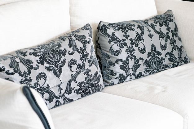 Lindas almofadas no sofá branco