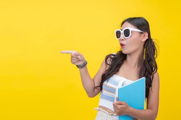 Lindas alunas segurar cadernos e canetas