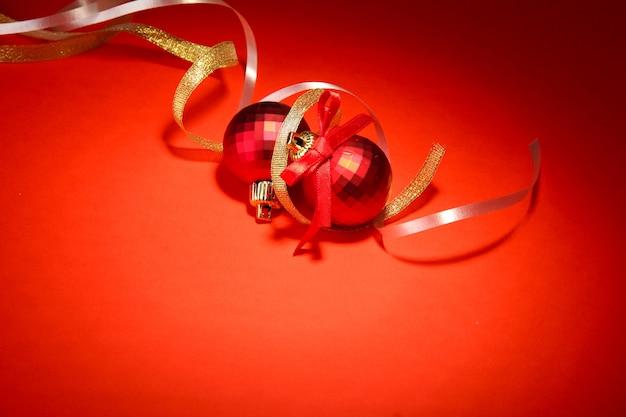 Lindas bolas de natal brilhantes em fundo vermelho