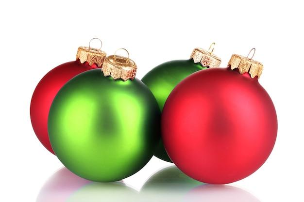 Lindas bolas de natal verdes e vermelhas isoladas em branco