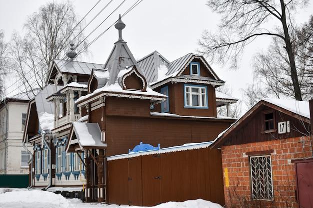 Lindas casas antigas de madeira na cidade