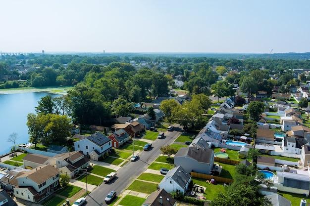 Lindas casas de cidade americanas perto do lago em sayreville, nova jersey