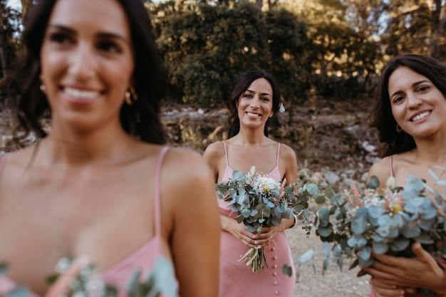 Lindas damas de honra celebrando o casamento de uma amiga