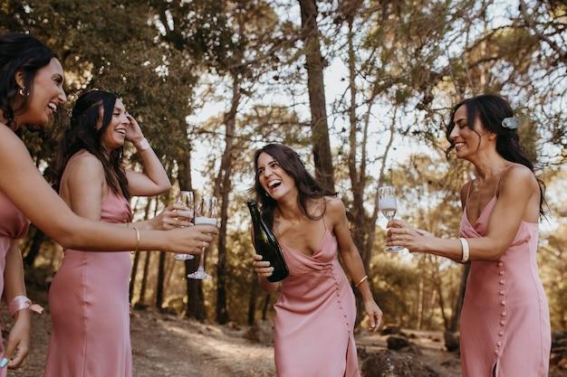 Lindas damas de honra se divertindo ao ar livre