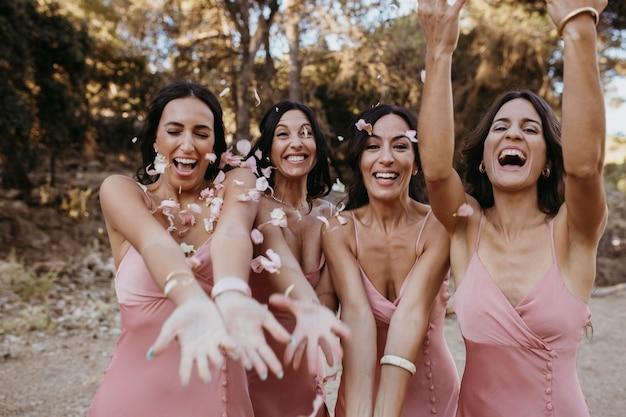 Lindas damas de honra se divertindo