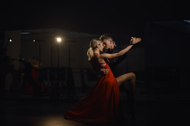 Lindas dançarinas apaixonadas dançando