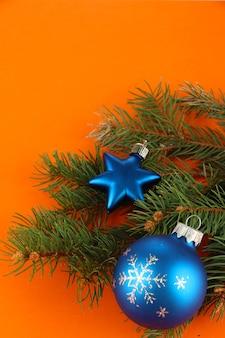 Lindas decorações de natal em uma árvore de abeto em laranja