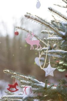 Lindas decorações de natal em uma árvore de natal ao ar livre