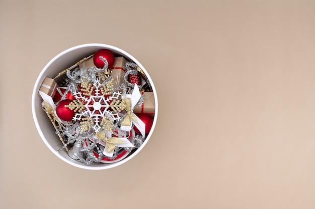 Lindas decorações de natal em uma caixa