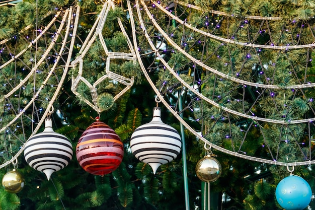 Lindas decorações de natal penduradas na árvore de natal