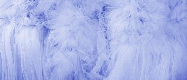 Lindas dobras de tecido transparente azul. textura têxtil.