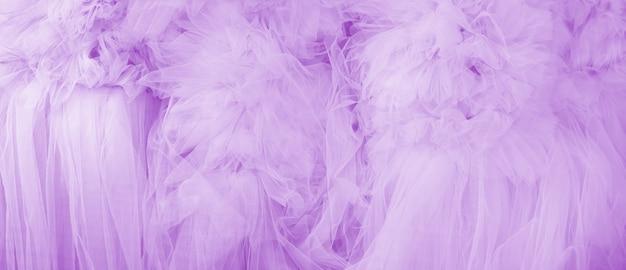 Lindas dobras de tecido violeta transparente. textura têxtil.