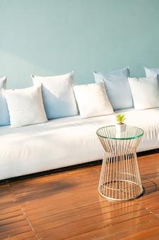 Lindas e confortáveis almofadas no sofá