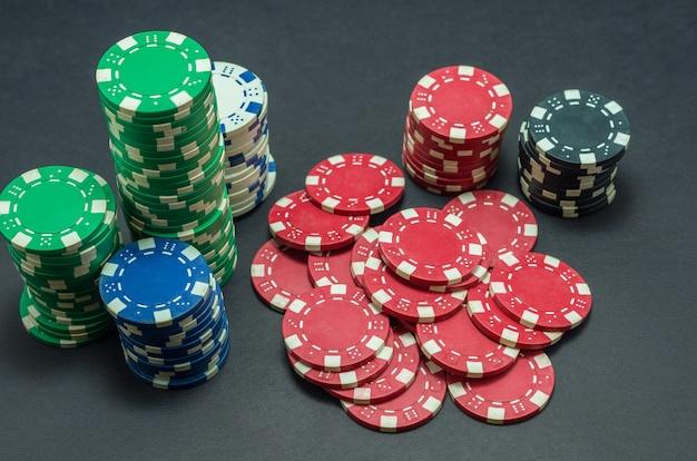 Lindas fichas de pôquer empilhadas