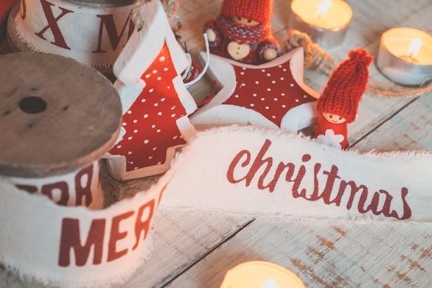 Lindas fitas de natal vintage e brinquedos na mesa de madeira. decorações fofas e agradáveis em estilo rústico