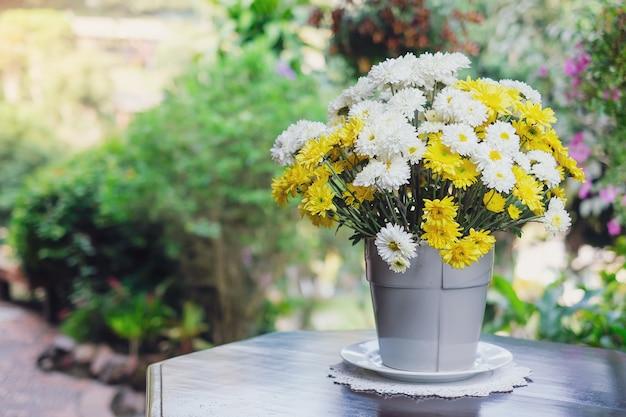 Lindas flores amarelas e brancas na mesa
