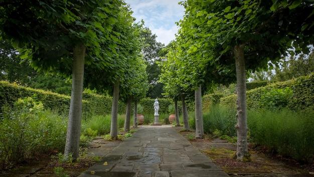 Lindas flores, árvores e plantas e jardins em sissinghurst caslte gardens