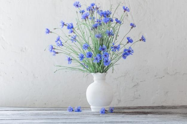 Lindas flores azuis em vaso