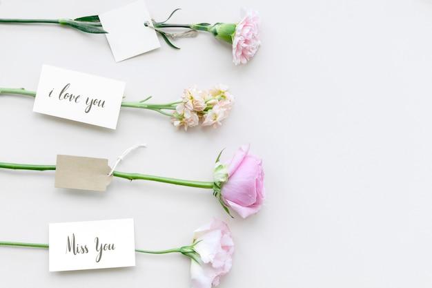 Lindas flores coloridas com etiquetas românticas
