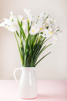 Lindas flores de íris branca no vaso