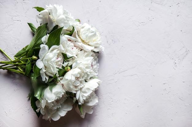 Lindas flores de peônia com espaço de cópia para a sua visão superior do texto e estilo liso leigo.