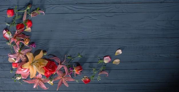 Lindas flores de verão em fundo de madeira azul escuro