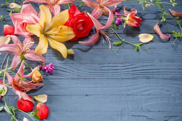 Lindas flores de verão em uma placa de madeira azul escura