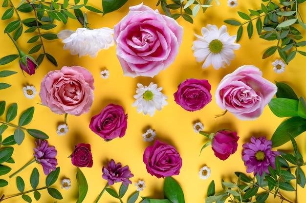 Lindas flores de verão. rosas cor de rosa e vista superior de margaridas brancas.