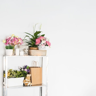 Lindas flores dispostas na prateleira