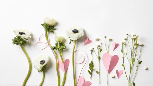 Lindas flores e corações rosa. postal do dia dos namorados