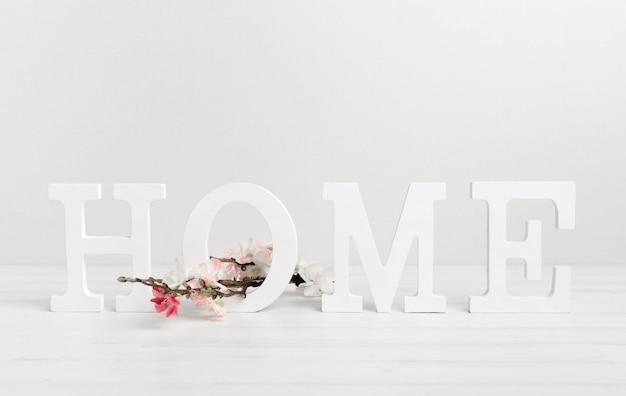 Lindas flores e escrito em casa