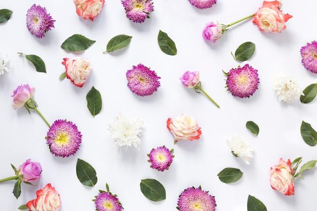 Lindas flores e folhas verdes em fundo branco