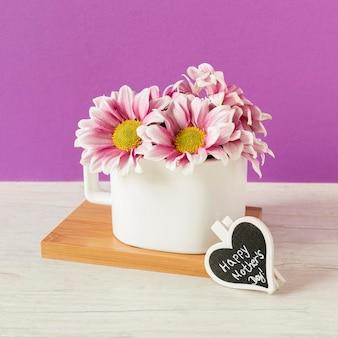 Lindas flores em arranjo de vasos