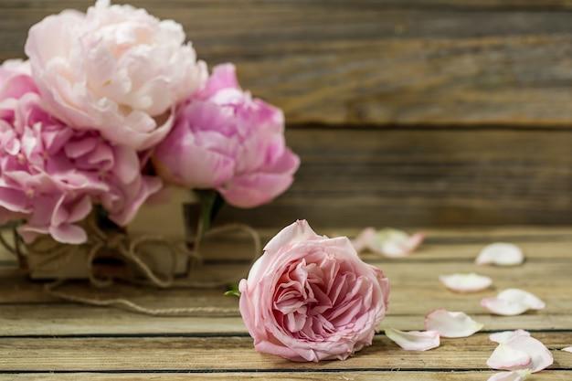 Lindas flores frescas em fundo de madeira, várias flores, lugar para texto, closeup